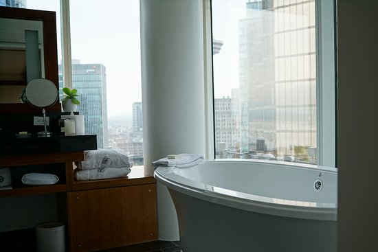 Fairmont Pacific Rim: Nice jetted tub
