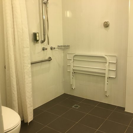 Hyde Park Inn: Room overview highlight abundance of space and bathroom is very large and functional. Hotel offe