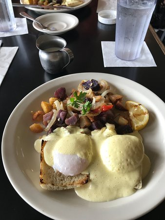 Cafe Pesto Hilo Bay: Pestos is doing breakfast now, just tried the Eggs Benedict, super yummy potatoes