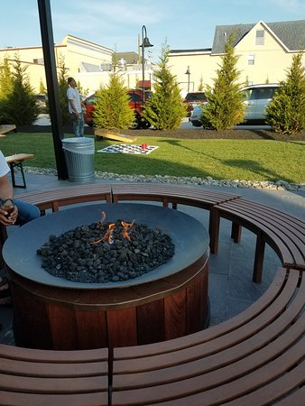 Mudhen Brewing Co.: Cool place! Firepit, yard games, indoor/outdoor seating. Delicious food.