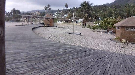 Los Patos, جمهورية الدومينيكان: este pasillo de madera va desde el balneario los patos de aguas dulces, hasta el mar  caribe