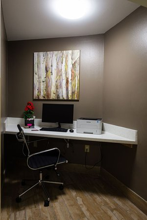 Hawthorn Suites by Wyndham St. Robert/Ft. Leonard Wood: Business center for guests with printer and office supply