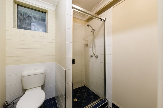 Bowen Terrace Accommodation: Hostel Shared Bathroom