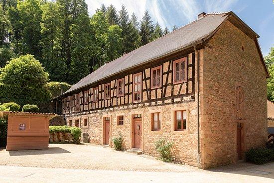 Mespelbrunn, ألمانيا: Das erste Gebäude auf dem Gelände. Direkt neben dem Eingang