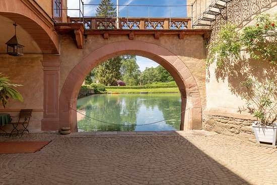 Mespelbrunn, ألمانيا: Blick vom Schloss auf den Teich