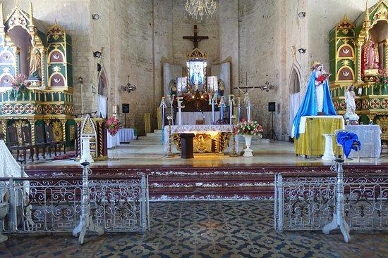 Carcar, الفلبين: Vackert med ett imponerande altare.