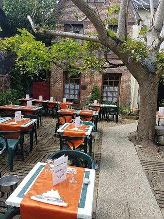 """Conches-en-Ouche, فرنسا: Terrasse du restaurant """"LE DONJON""""."""