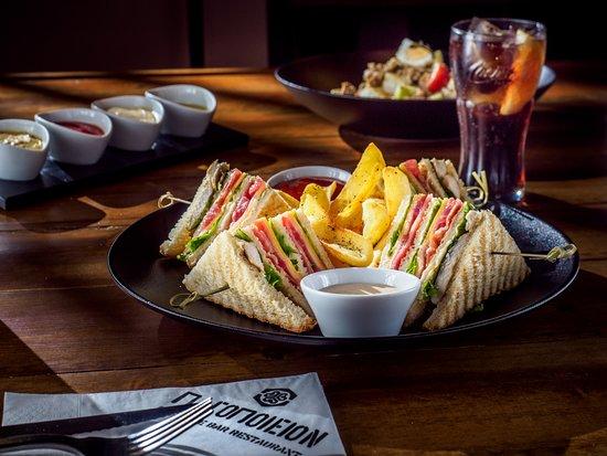 Παγοποιείον: Chicken Club Sandwich Served with French fries!!!