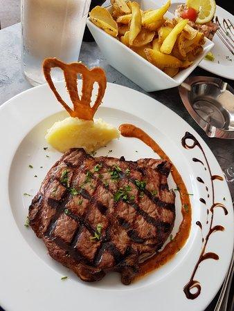 Le Grand Café: Viande rouge accompagnée de frites