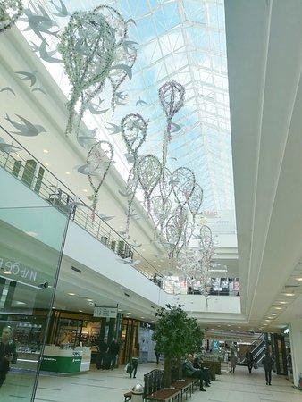 Tandem Mall: Зона отдыха в атриуме на 1 этаже. приятная музыка, скамейки и деревья.