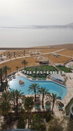 Leonardo Club Dead Sea Hotel: с лоджии: бассейн и Мёртвое море