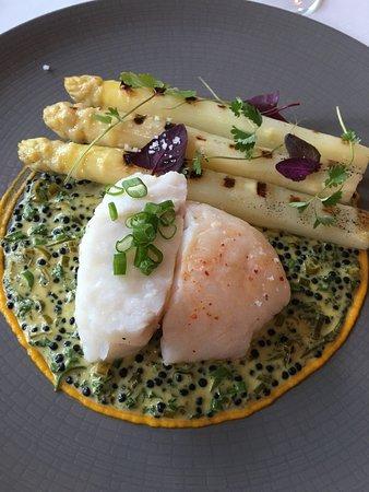 Ducey, Frankrike: Maigre, asperges blanches, crème de moules aux agrumes, caviar de hareng.