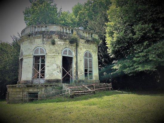 Château de Meung sur Loire: Un pavillon de musique qui cherche les moyens d'être sauvé