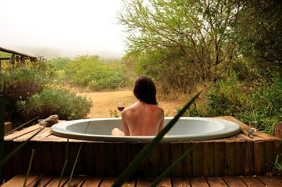Louis Trichardt, Zuid-Afrika: Igababa Cabin .Even in the mist the outdoor bath is wonderful!