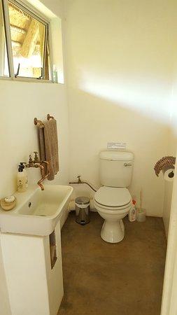 Louis Trichardt, Zuid-Afrika: Madala's Cottage. Main bedroom toilet en-suite