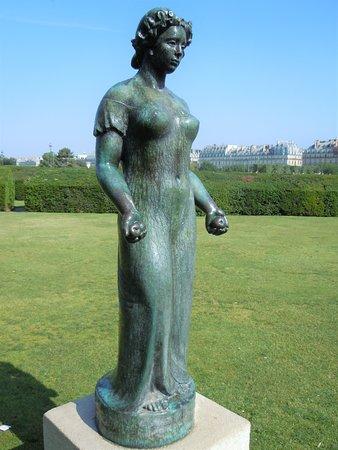"""La statue """"Pomone drapee"""""""