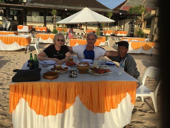 Safe Bali Driver (Ketut Suwenda) - Day Tours: Resto de fruit de mer sur la plage de Kuta, avec notre chauffeur Wayan