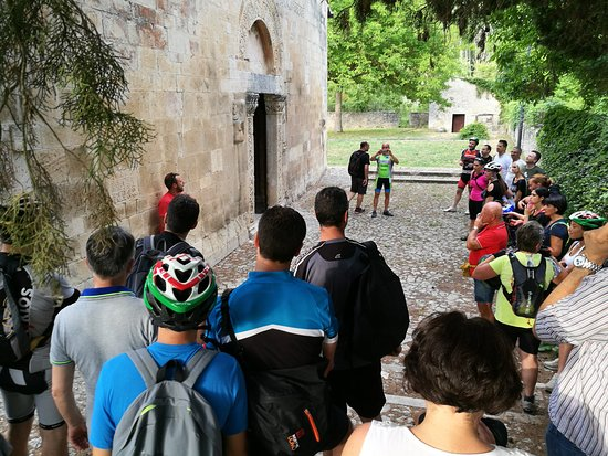 Bussi sul Tirino, อิตาลี: Pedalata enogastronomica lungo tirino e visita chiesa di San Pietro Ad Oratorium