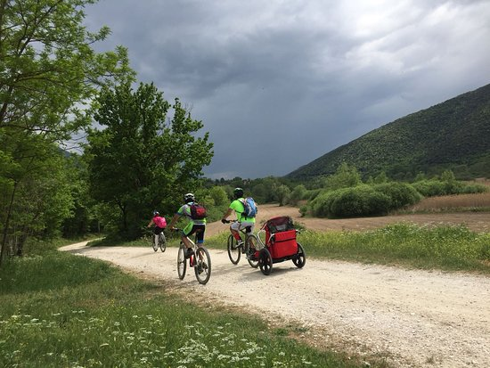 Bussi sul Tirino, อิตาลี: Pedalata enogastronomica lungo tirino e noleggio bike