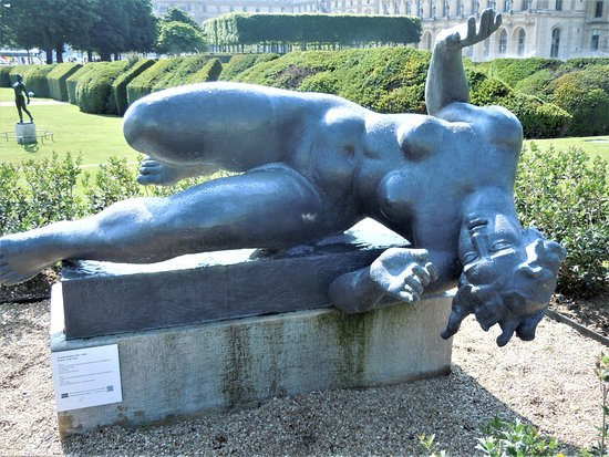 """La statue """"La Riviere"""""""