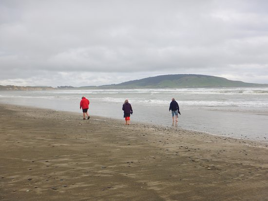 Orepuki, New Zealand: Beach combers in action