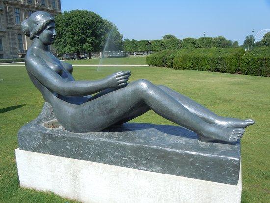 Statue Jeune fille allongee