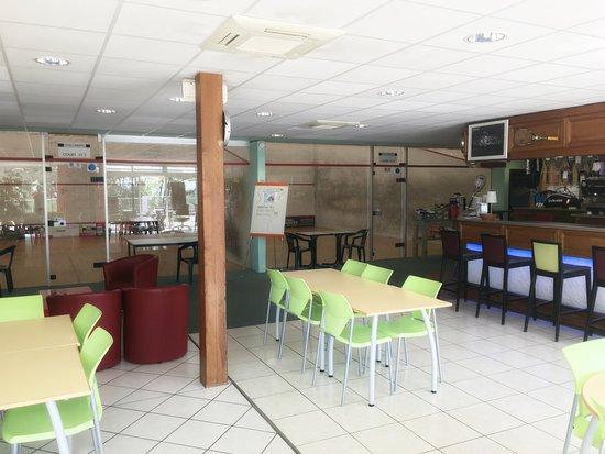 Club Squash-Badminton de l'hermitage: espace détente face aux terrains de squash , bar et restauration.