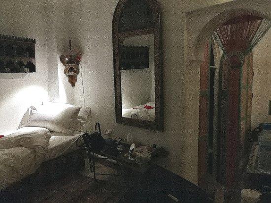 Riad La Terrasse des Oliviers: Solo un piccolo assaggio: l'arco è l'accesso alla camera matrimoniale ed al bagno
