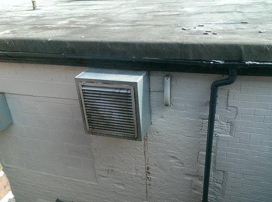 Ruabon, UK: Kitchen extraction fan by room 10 window