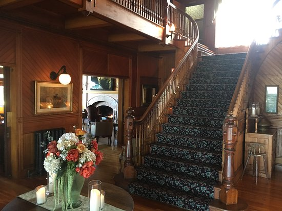 Dalvay, Canadá: Main Staircase with the bar in the background