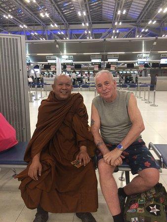 Thai Airways: Inväntar mitt flyg på Suvarnabhumi genom att bekanta mig med denna munk
