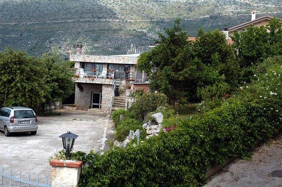 Соннино, Италия: la villa ed il cortile con vista monti