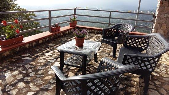 Sonnino, Italia: terrazzo con vista mare e pianura pontina