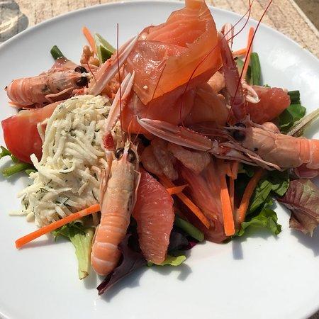 Les Canetons : Salade du jour : langoustines, saumon gravlax, cocktail de crevettes, salade, céleri rémoulade,
