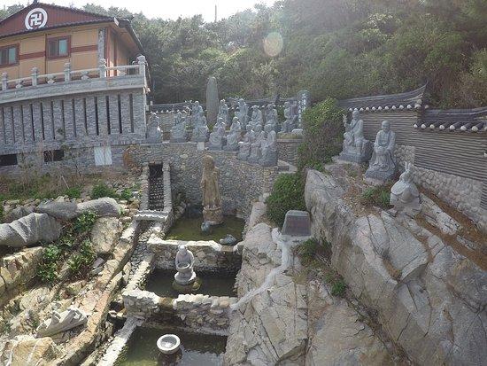 วัดแฮดอง ยงกุง: статуи и чаша с монетками