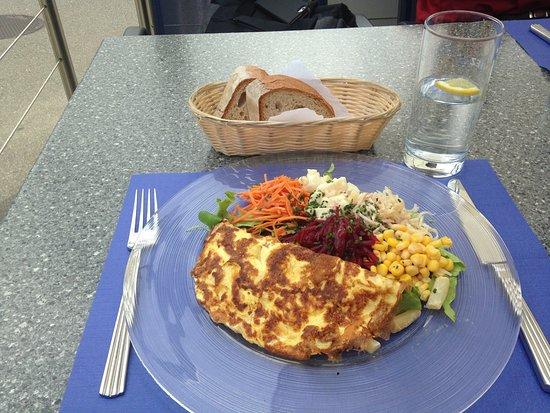 Wallisellen, Switzerland: Salat, Omelett, Brot und Mineralwasser auf der Terrasse