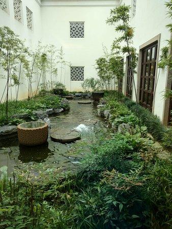 Four Seasons Hangzhou at West Lake: Small garden in between hotel buildings