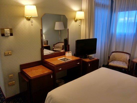 Starhotels Du Parc: Cama, escritorio y TV