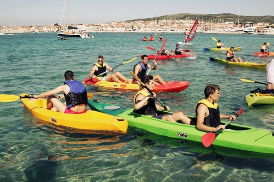 Vodice, Kroatien: Clean sea and colorful kayaks.