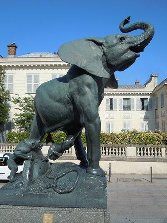 """Statue """"Eléphant pris au piège"""""""