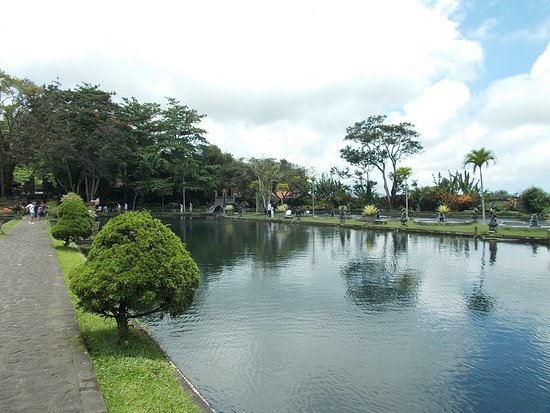 Tirta Gangga: View to the front side (from beside the middle pool)