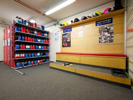 Sport Edy Rent & GO: angolo prova scarponi e caschi a Pozza