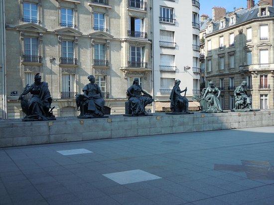 """Statue """"Les Continents"""" : """"L'Amerique du Sud"""""""