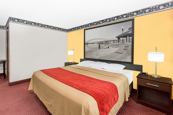 Super 8 by Wyndham Ames: 1 King Bed Room