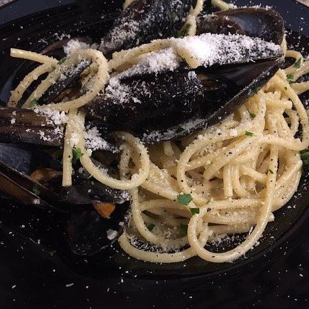 Trattoria Caprese: Pasta cacio e pepe e pasta ai frutti di mare