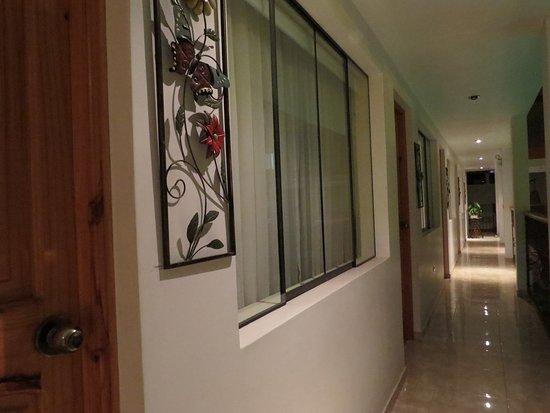 Hotel Las Flores: pasadizos zona de piscina