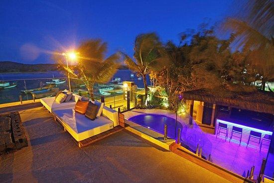 Bravo Hostel Design: Vista do Lounge, Piscina e Canal Itajuru. Um charme!!!