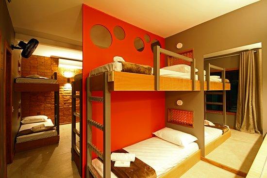 Bravo Hostel Design: Quarto Compartilhado - Beliches fixadas na parede - Ventilador de parede - Ar condicionado