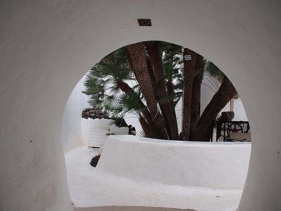 Lagomar Museum: A peephole hewn in the rock