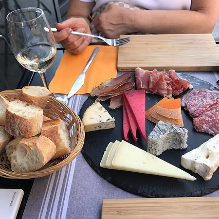 Fromagerie Danard: Exceptional service, incredible knowledge of different assortments of cheese and pairing with wi